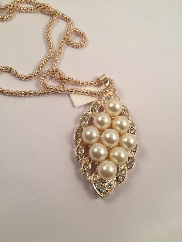 Elegant pearl peandant in a Galmorous and Stylish long chain