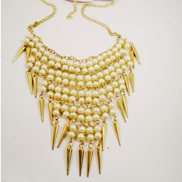 Costume jewelley pearls spikes necklace