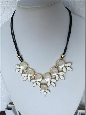 Multi pearl stylish with white beautiful petal necklace
